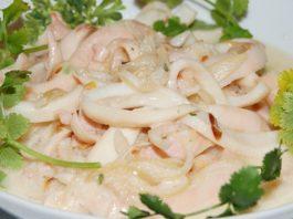 Идеальный ПП-ужин — нежный кальмар в сметанном соусе