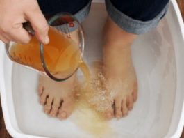 Избавьте своё тело от токсинов и болезней, просто поместив ноги в этот раствор на 20 минут!