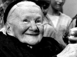 Эта женщина живьем укладывала детей в гробы. Спустя годы она получила за это награду!