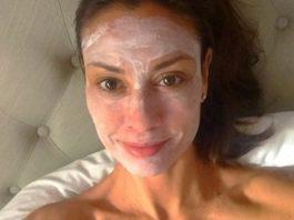 Ей 54 года, а у нее ни глубоких морщин, ни обвисшей кожи… Ее красоте завидуют даже молоденькие!