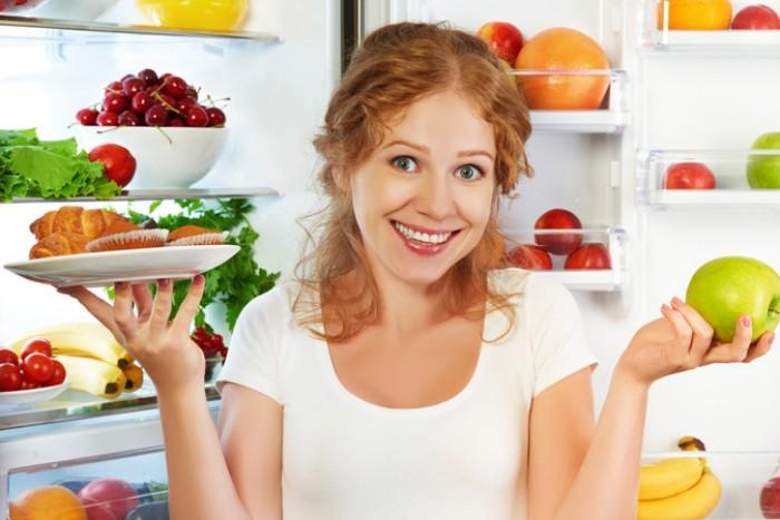 """Результат пошуку зображень за запитом """"девушка ест из холодильника"""""""