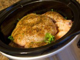 Она положила несколько шариков фольги и курицу в кастрюлю… Получилось вкуснейшее блюдо!