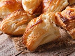 Пирожки из слоеного теста с курицей и грибами