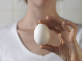 Избавиться от папиллом вам поможет обыкновенное куриное яйцо!